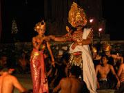 寺院の併設ステージでは毎日ケチャックダンスが公演される