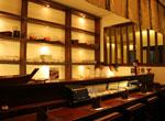刺身が並ぶ寿司バーカウンター