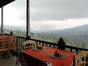 バトゥール山を望むテラス席