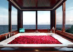 500本のバラを浮かべたフラワーバス